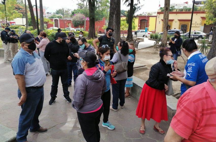 Impiden vecinos del Jardín Conzatti instalación de tianguis de mujeres
