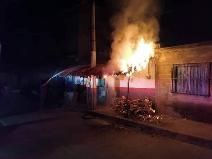 Se incendia palapa en San Blas Atempa