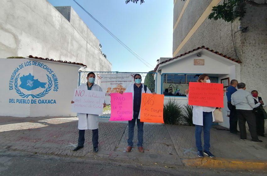 Por falta de pagos protesta personal de salud en la DDHPO