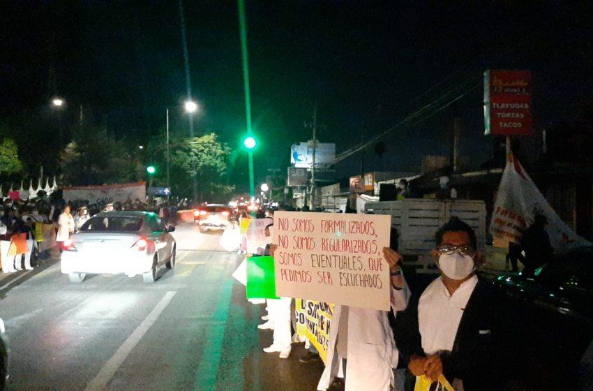 """Estallan protestas durante """"Mañanera"""" de AMLO en #Oaxaca"""