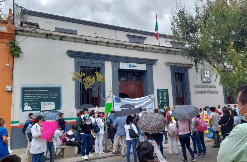Eventuales de Salud marchan y bloquean oficinas en la capital de #Oaxaca