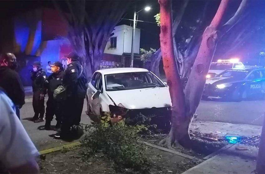 Adolescentes ebrios atropellan a policía y chocan contra árbol en la capital de #Oaxaca