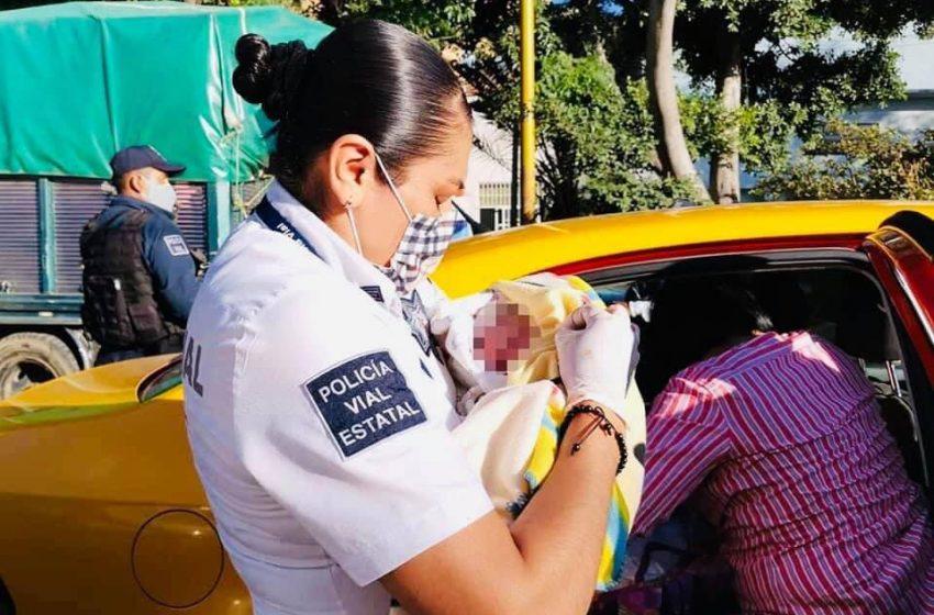 Policías viales atienden parto a bordo de un taxi en #Oaxaca