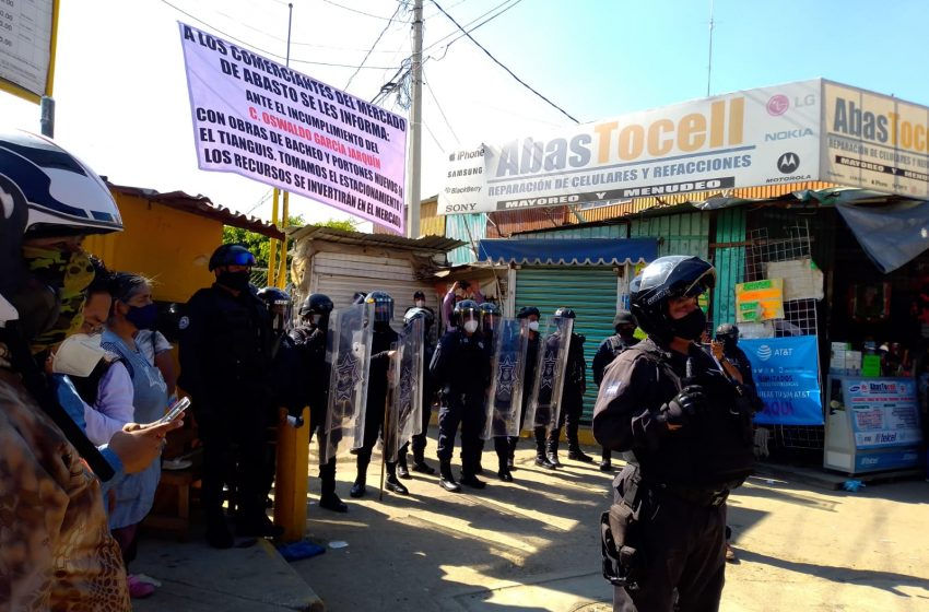 "A ""huevazos"" confrontan comerciantes de la Central de Abasto a policía antimotines"